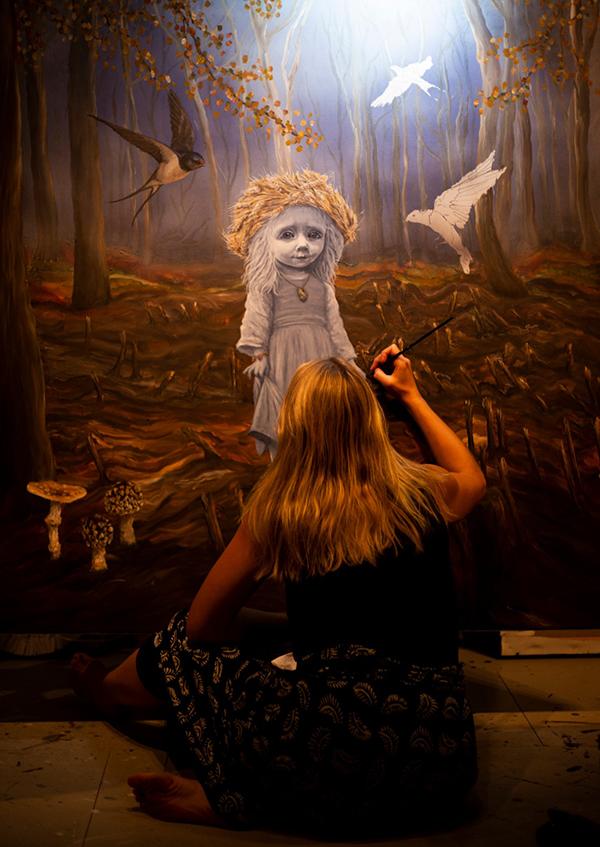 Anne Juul Christophersen i gang med et værk til sin soloudstilling i The Underdog Gallery i London